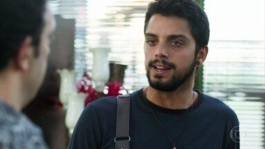 Bruno vai até a floricultura conversar com Abner - Ele conta para o amigo que Laila vai se casar com Jamil