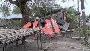 Ciclone Kenneth deixa cinco mortos em Moçambique - O Kenneth atingiu Moçambique um mês e meio depois que o ciclone Idai devastou a cidade de Beira, e deixou vilarejos inteiros submersos. Mais de mil pessoas morreram.