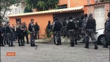 Defensoria Pública aponta falhas nas investigações sobre 13 mortes no RJ - Durou sete horas a reconstituição sobre as mortes de 13 pessoas durante uma operação da PM, em fevereiro, numa comunidade no Catumbi, no Rio de Janeiro. A Defensoria Pública aponta falhas nas investigações.
