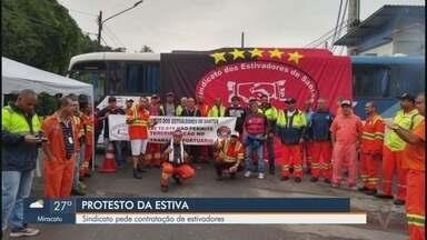 Estivadores fazem protesto em frente de terminal portuário em Santos - Sindicato da categoria pede contratação de estivadores. Manifestação foi pacífica.