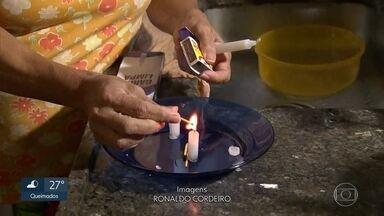 Domingo, segunda, terça, quarta... até quando moradores vão ficar sem energia elétrica? - Desde domingo, quando um vendaval causou a interrupção do fornecimento, moradores de três casas em Maria da Graça e de uma rua em Nova Iguaçu esperam pela retomada do serviço.