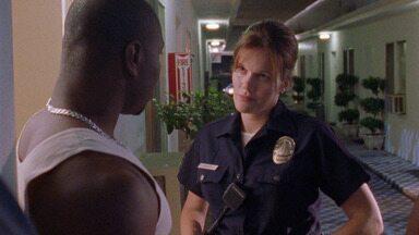 Piloto - Um ambicioso capitão da Polícia de Los Angeles se depara com o detetive Vic Mackey, que se esforça para combater o crime na cidade e ganhar muito dinheiro junto a seus homens.