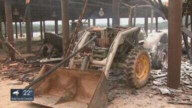 Lanchas, trator e caminhonete são queimados em incêndio criminoso em clube de Caconde - Ex-funcionários e mulher foram presos suspeitos do crime.