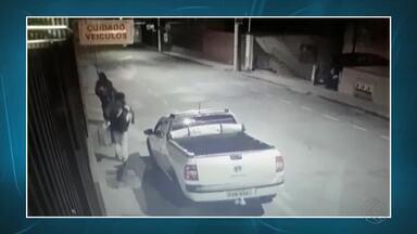 Ladrões invadem loja e furtam materiais no Centro de Barbacena - Circuito de monitoramento flagrou entrada e saída de criminosos do estabelecimento. Caso será encaminhado para a Polícia Civil.