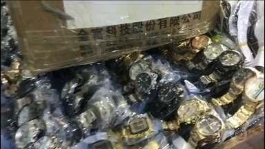 Operação contra a pirataria apreende R$50 milhões em relógios falsificados - Ação da Receita Federal aconteceu no centro de São Paulo. Os agentes devem levar três dias pra carregar toda a mercadoria.