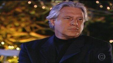 Izabel questiona distração de Atílio - Helena tenta encontrar Atílio durante festa