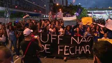 Estudantes da UFF fazem protesto em Niterói - Os alunos saíram do campus do Gragoatá e caminharam por ruas do centro da cidade contra os cortes no orçamento anunciado pelo Ministério da Educação. Segundo os organizadores, cerca de cinco mil pessoas participam do protesto.