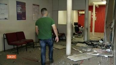 Criminosos explodem agência bancária e atacam prédio da polícia em Graça (CE) - Segundo a polícia, parte do grupo invadiu o banco e detonou os explosivos. Os outros deram cobertura com tiros contra o prédio da polícia. Os assaltantes fugiram.