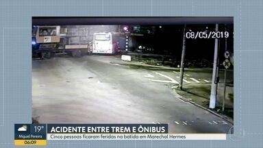 Acidente entre trem e ônibus deixa 5 pessoas feridas em Marechal Hermes - O acidente foi entre um trem de serviço e um ônibus em Marechal Hermes na noite desta quarta (8). Cinco pessoas ficaram feridas no acidente.