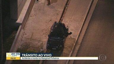 Pessoa morre em grave acidente de trânsito na Marginal Pinheiros - Vítima teria sido atropelada por um caminhão depois de deixar o carro em que estava, na altura da Ponte João Dias, na Marginal Pinheiros.