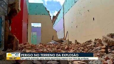 Moradores ignoram perigo em terreno onde houve explosão - Tem gente entrando para revirar escombros.
