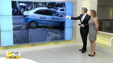 Imagem de carro da AMC em cima de faixa de trânsito chama a atenção - AMC explicou que tinha autorização para estacionar no local.