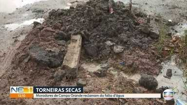 Moradores de Campo Grande, no Recife, denunciam falta de água - Segundo eles, vazamento de água limpa complica ainda mais a situação