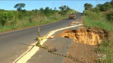 Motoristas reclamam de falta de infraestrutura em trecho de rodovia no sul do Maranhão - Uma empresa contratada pelo Governo do Estado começou um serviço emergencial na MA-006, mas os motoristas reclamam da qualidade do serviço.