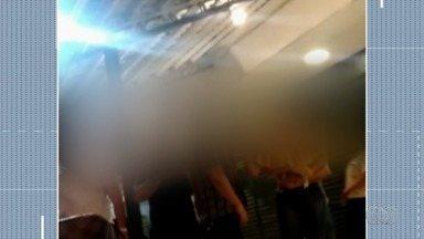 Mulher chama outra de 'preta gorda' durante discussão em bar de Goiânia; vídeo - Gravação feita por testemunha mostra que pessoas que presenciaram a cena seguraram as pessoas envolvidas na confusão para que não se agredissem.