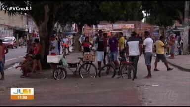 Manifestantes protestam contra a retirada de comerciantes da feira do Paar - Os feirantes queimaram pneus e fecharam uma das pistas da rodovia onde fica a feira