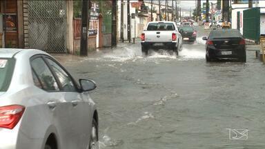 Chuva provoca transtornos em bairros de São Luís - Na Cohama e no Centro, o volume de água atrapalhou bastante o trânsito.