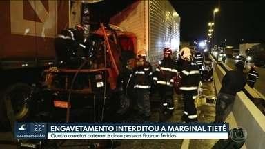 Engavetamento de carretas interditou a Marginal Tietê - 4 carretas bateram de madrugada. 5 pessoas ficaram feridas.