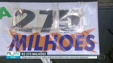 Mega-Sena sorteia o maior prêmio da história em concursos regulares - O prêmio está acumulado em R$ 275 milhões. As loterias ficaram lotadas neste sábado (11).