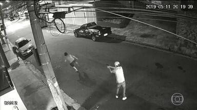 Homem é executado no meio da rua em Santo André (SP) - Um homem foi executado no meio da rua, sábado à noite, em Santo André, na Grande São Paulo. Segundo moradores do bairro, Sebastião Lopes dos Santos, de 40 anos, era morador de rua. A polícia está investigando o assassinato.