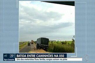 Após batida entre caminhões, carga fica espalhada em trecho da BR-050 em Uberaba - Acidente aconteceu por volta das 3h desta segunda-feira (13). Um dos motoristas teve ferimentos leves.