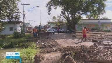 Após chuvas fortes, canais começam a serem limpos em Santana - Prefeitura iniciou limpeza de três canais que cortam a cidade para evitar novos alagamentos.