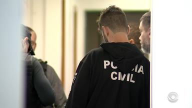 Secretária da Saúde de Estância Velha é presa por suspeita de fraude - Outras oito pessoas foram presas no esquema que aconteceria desde 2017.