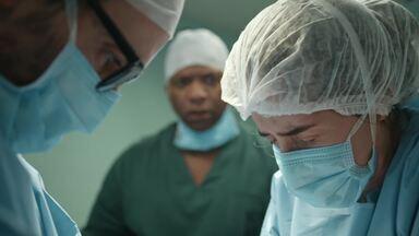 Na falta de material, Carolina usa as próprias mãos para manter paciente viva - Mulher é surpreendida pelo ex-marido e esfaqueada na presença dos médicos; não perca o episódio do dia 16/5