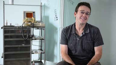 Pablo Sanábio fala sobre seu personagem Charles em 'Sob Pressão' - O ator analisa o desenvolvimento do personagem nas três temporadas da série