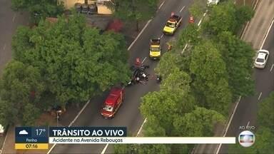 Duas pessoas se ferem em acidente na Avenida Rebouças - Globocop flagrou acidente colisão entre moto e carro, na Avenida Rebouças, altura da rua Melo Alves. Vítimas foram socorridas para o Hospital das Clínicas.