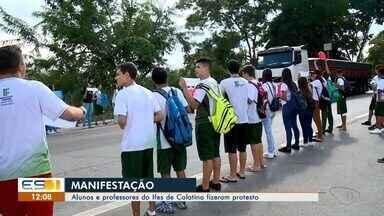 Alunos e professores fazem protesto contra bloqueio de recursos do Ifes de Colatina, ES - Ato aconteceu durante a manhã desta quarta-feira (15).