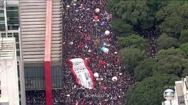 Boletim JN: Manifestantes protestam na Avenida Paulista contra cortes na educação - Em São Paulo, manifestantes fecham a Avenida Paulista. Veja a cobertura completa no JN, às 19h55.