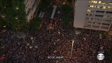 Boletim JN: Mesmo com chuva, manifestantes protestam por mais verbas para a educação no RJ - Concentração começou na Candelária, no centro da cidade. Outros 25 estados e o Distrito Federal também tiveram manifestações.