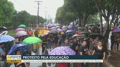 Manifestantes protestam em Itacoatiara contra bloqueio de recursos para a educação - Protesto reuniu centenas de pessoas, segundo organizadores.