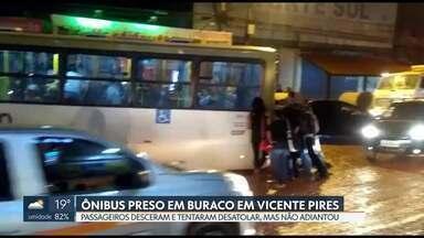 Ônibus fica preso em buraco em Vicente Pires - Depois da chuva dessa quarta (15), o ônibus atolou no buraco cheio de lama. Passageiros desceram para empurrar o ônibus, mas não conseguiram desatolar.