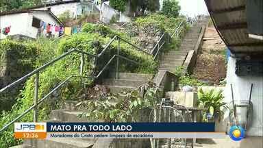 Moradores reclamam de lixo e mato em escadaria no bairro do Cristo - Sujeira atrai animais e impede moradores de ter acesso às casas e pontos de ônibus