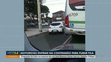 Motoristas entram na contramão para furar fila - Flagrante foi na esquina da Rua José Moreno Júnior com avenida Gastão Vidigal.