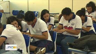 Escolas estaduais disponibilizam computadores para estudantes fazerem inscrição pro ENEM - Prazo encerra amanhã.