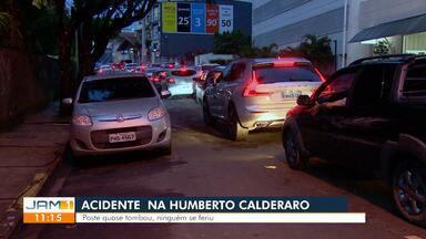 Acidente na Humberto Calderaro gera grande congestionamento - Poste quase tombou.