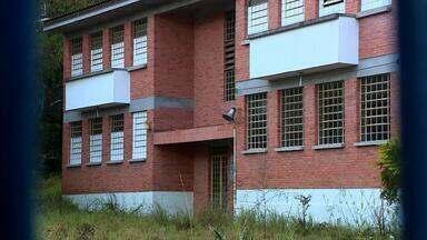 Prédios de escolas desativadas em Porto Alegre estão abandonados - Alguns prédios dessas escolas foram ocupados por moradores de rua e usuários de drogas.