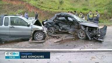 Carros batem de frente na rodovia que liga Cachoeiro a Alegre - Motoristas ficaram feridos.