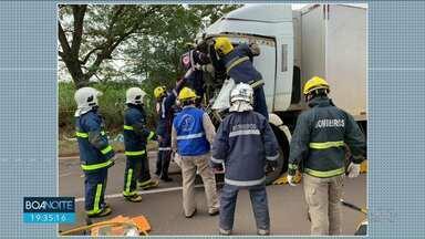 Acidente com 3 caminhões deixa 2 pessoas gravemente feridas - Helicóptero do Samu foi acionado pra socorrer as vítimas.