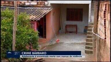 'Tudo indica que teve luta', diz delegada que investiga a morte de adolescente - A vítima de 13 anos foi encontrada com marcas de violência e a cabeça submersa em uma banheira.