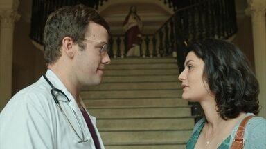 Charles é surpreendido por ex-namorada no hospital e faz seu atendimento - Evandro tenta encontrar enxerto para salvar Aline. Caroline sofre para manter a paciente viva