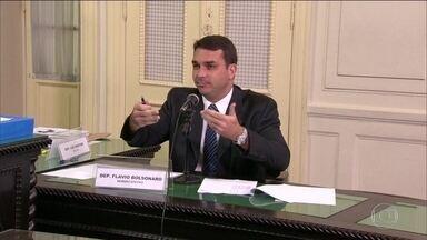 MP investiga 22 gabinetes da Alerj, entre eles o do senador Flávio Bolsonaro - Os promotores pediram a quebra do sigilo bancário e fiscal de oito deputados e do senador Flávio Bolsonaro. Investigações respingam no presidente Jair Bolsonaro.