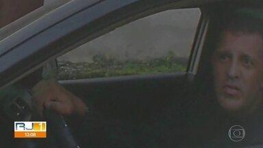 PM responsável por vender imóveis ilegais é identificado e prestará depoimento - A Polícia Militar identificou o policial militar responsável pela venda de terrenos e imóveis em condomínio clandestino na Taquara. É o capitão Vitor Alexandre Silveira de Araújo.