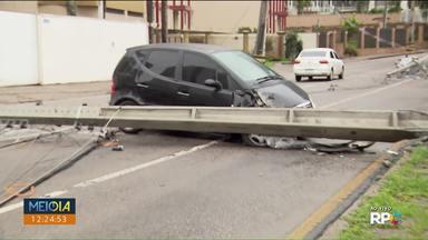 Acidente interdita rua no Água Verde - Motorista diz que o carro derrapou e bateu no poste.