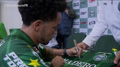 Rafinha se emociona em retorno ao Coritiba - Meio-campista foi apresentado como a grande arma para o retorno à primeira divisão do futebol brasileiro