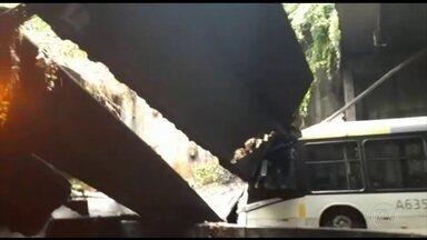 No Rio, parte de teto de túnel que liga Zona Sul à Oeste desaba e paralisa o trânsito - Cidade entra em estágio de crise pela terceira vez em quatro meses. Especialista diz que além de deslizamento da encosta, que atingiu o teto, houve falta de manutenção.