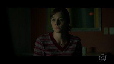 Mira tenta descobrir quem denunciou Roger - O médico liga para Maria Eugênia, mas ela desliga o telefone